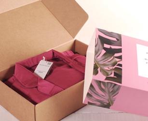 Coffret cadeau pour campagne de branding digital faisant appel à des influencers. Boîte d'envoi personnalisée avec ruban.