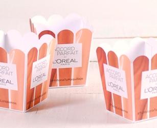 Coffret cadeau pour campagne intégrant des influencers. Boîte en carton personnalisée contenant des gadgets de branding.