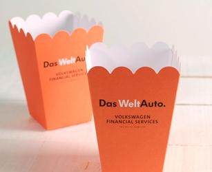 Coffret entreprise pour communication interne. Boîte en carton multicolore avec gadgets de la marque.