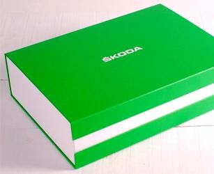 Coffret de bienvenue offert lors de la remise du véhicule. Boîte sur-mesure : taille, matériaux et impression personnalisés.
